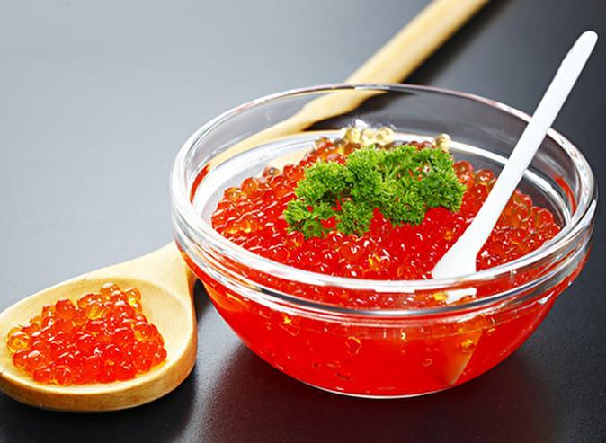 Сколько хранится красная икра и щучья: в домашних условиях надолго, в холодильнике, сырая, как засолить
